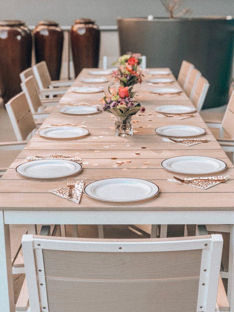 Mesa preparada para almoço de familia.